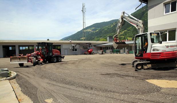 Feinplanie für Asphaltierungsarbeiten im Innenhof des Einsatzzentrums