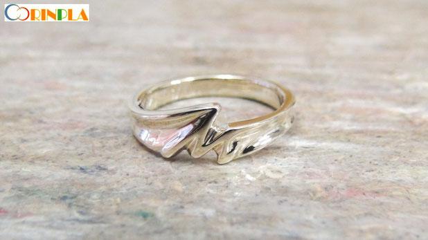 イニシャルをあしらった婚約指輪