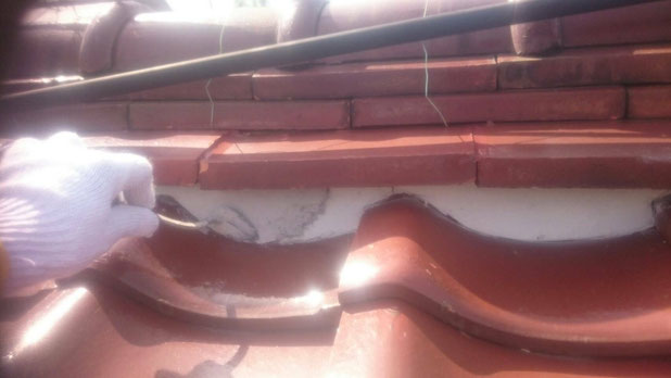 大垣市、墨俣町、安八町、瑞穂市、羽島市で屋根漆喰工事中の漆喰・屋根工事専門店。墨俣町下宿で屋根漆喰工事/上塗り作業中