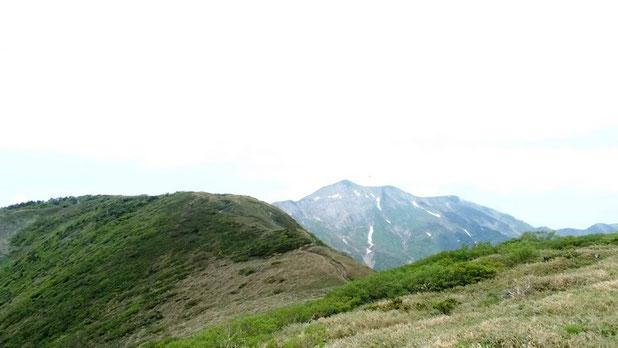 越前三ノ峰から望む三ノ峰と別山です。