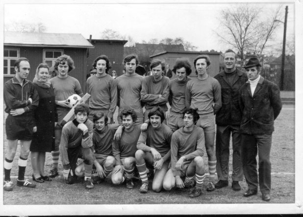 A-Jugend ca. 1970 vor der alten Umkleidekabine