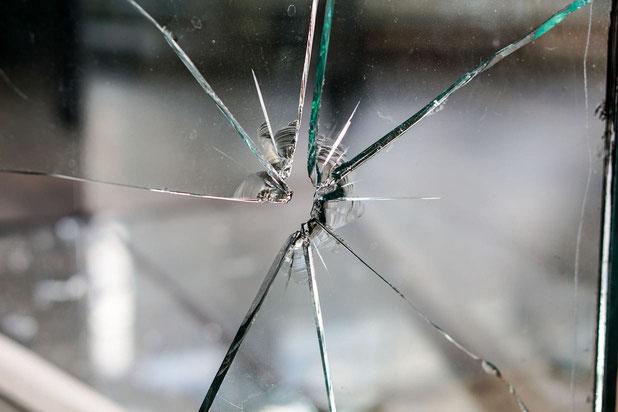 Kaputte Fensterscheibe  - Glasversicherung - Glasbruchversicherung  - Hausratversicherung, Gebäudeversicherung, Fenster,  Glasbruch, Haftpflichtversicherungen, Türen, Schadensfall, Versicherungsschutz, Eigentümer, Terrassentür