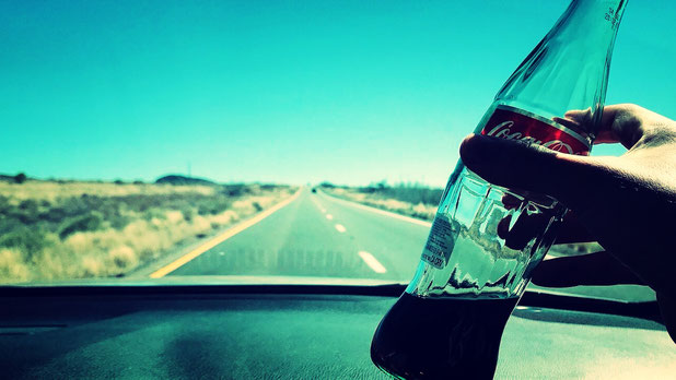 車内でコーラを飲む様子