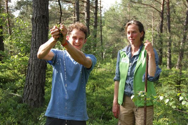 Torfmoose können viel Wasser speichern (Checker Julian und Gebietsbetreuerin Birgit Weis), Foto: Jonas Egert