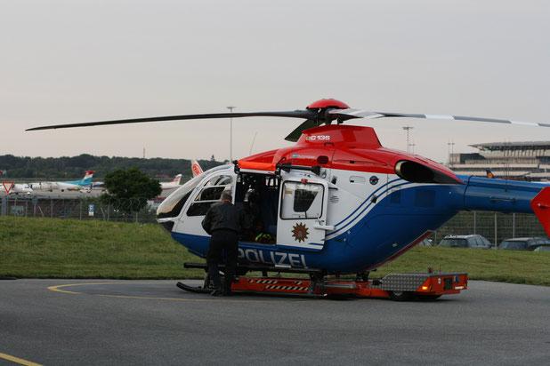 Feierabend, der Hubschauber wird auf seinem fahrbaren Untersatz wieder in die Halle gebracht.