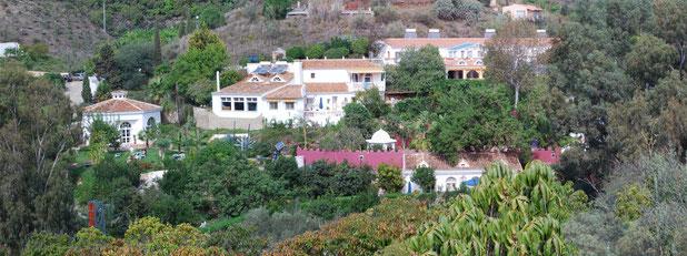 etwa 1 km vom Meer, 20 km östlich von Malaga liegt die Casa el Morico in einem zum Meer hin offenen Tal, umgeben von einer reizvollen Hügellandschaft voll üppiger Vegetation, ein grünes Paradies.