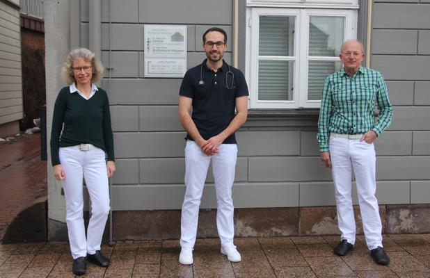 Dr. Christioph Nelges absolviert eine Weiterbildung zum Facharzt für Allgemeinmedizin in der Praxis von Dr. Bostelmann-Häusser/Dr. Lampe in Walsrode. Hier vor Ihrer Praxis in Walsrode