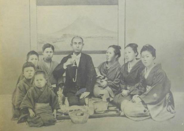 諸井泉衛とその家族 *諸井氏蔵(明治7年の写真)