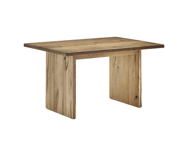 Wangentisch aus Eiche. Schönner Esstisch aus Massivholz