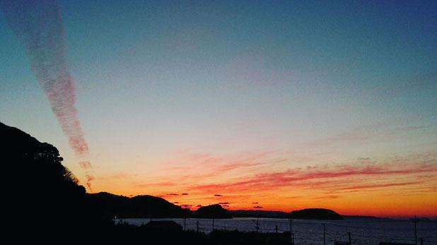 飛行機雲の夕焼け Red contrail by sunset