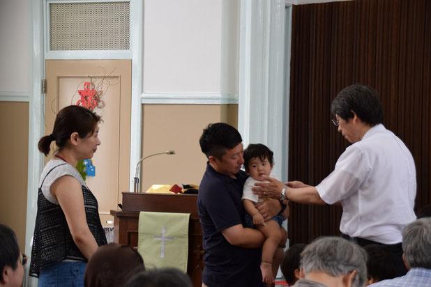 2016年8月14日(日)の礼拝、Kちゃん、恐怖が消えて安心の肩に手を置いての祝福です。お父さん、お母さん、そして神の家族に見守られて