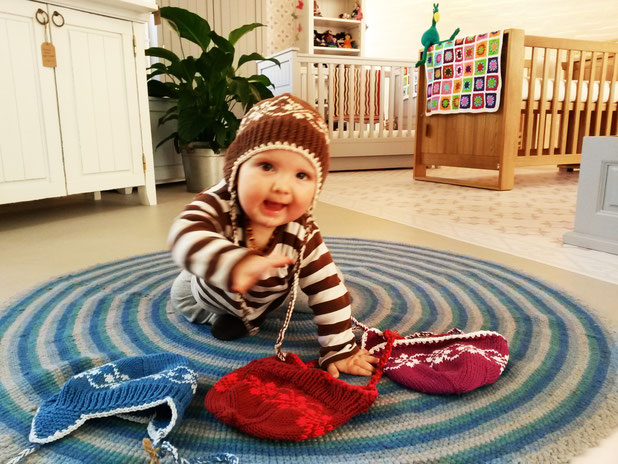 Baby mit bosnanova Mütze
