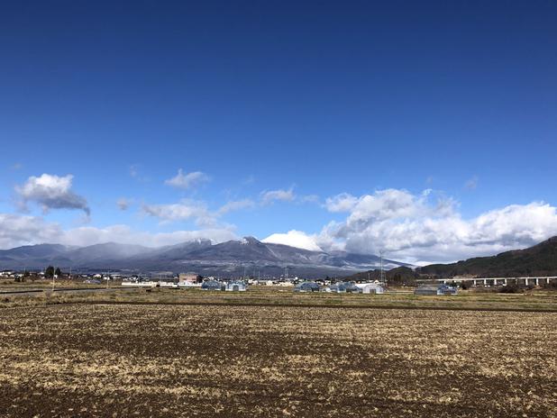 12月15日、佐久から見る浅間山の冠雪。山頂はアイシングをかけたようななめらかさ、中腹は粉砂糖をまぶした感じ。