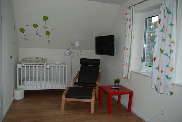 Schlafzimmer im Obergeschoss mit Babyecke