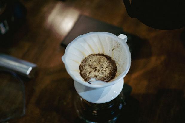 CO2 entweicht aus dem Kaffee und die Extraktion kann beginnen