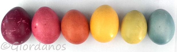 Ostereier mit Pflanzenfarben gefärbt