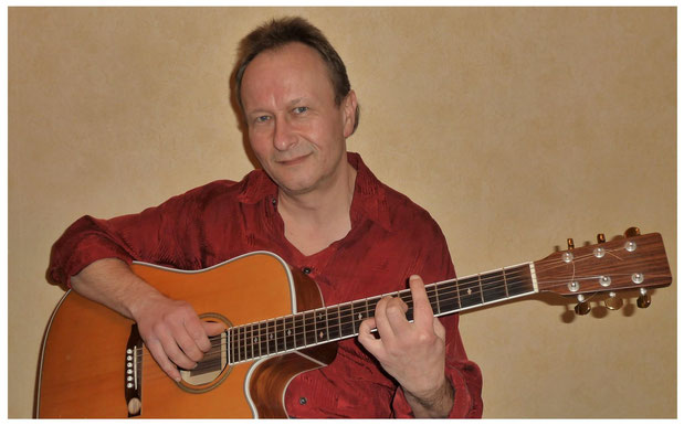Gitarrenlehrer spielt in Leipziger Gitarrenschule