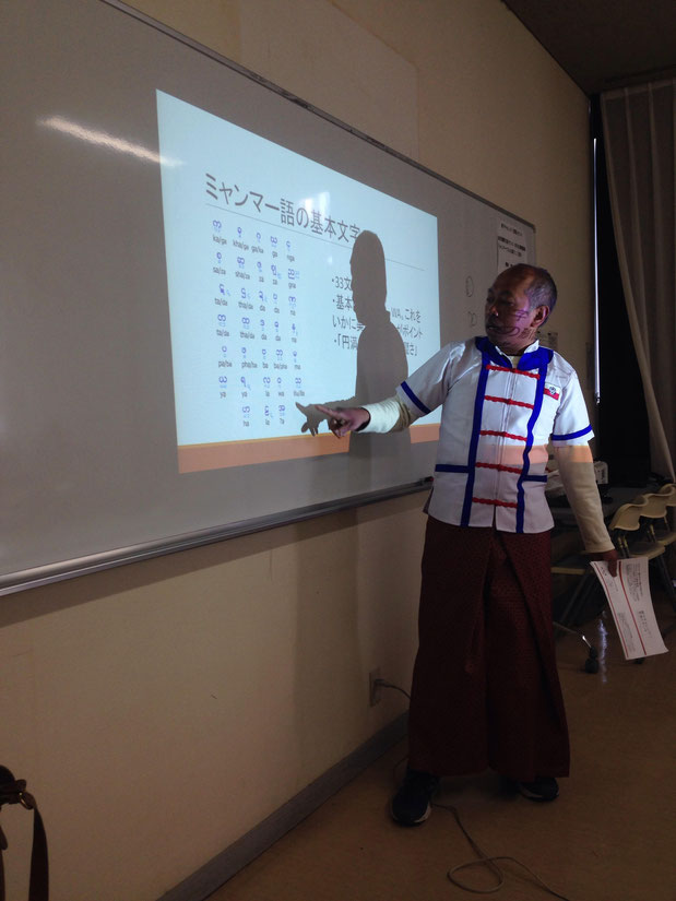 第2回講座のミャンマー語レッスン。発音を教える理事TUN AUNG KHIN