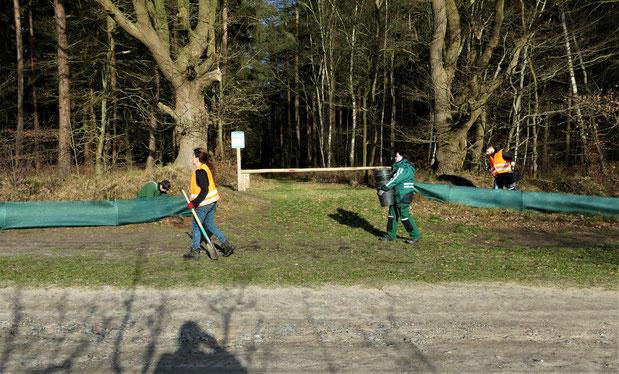 Ehrenamtliche bauen den Krötenzaun auf. Foto: Hans-Hermann Tiedemann