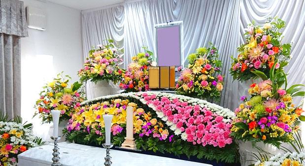 基本の生花祭壇に供花を組み入れた、祭壇