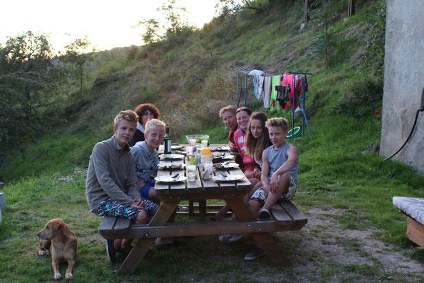 Dîner dehors pour cette sympathique famille Belge.