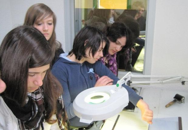 Die Mädchen im Labor der Polizei
