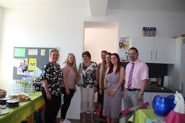 links:Projektleiterin Isolde Kirch mit Mitarbeiterinnen und Direktor Dirk Schmitt