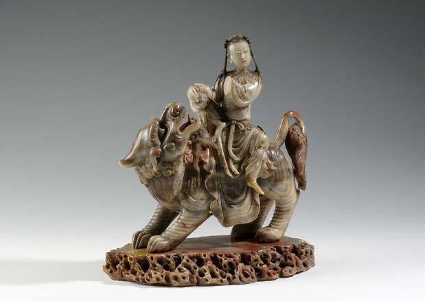 Daoistische Unsterbliche Magu auf einem Löwen Speckstein (Steatit) mit Resten einer farbigen Fassung China, 17. Jh.