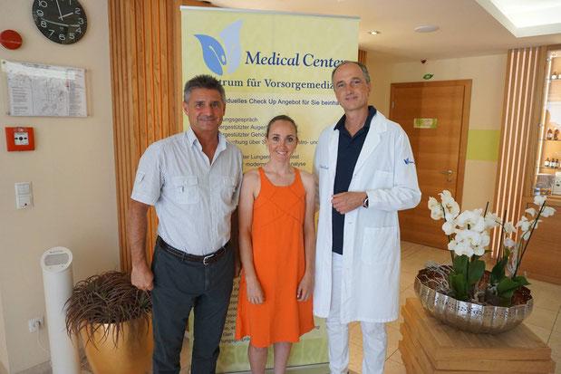 Medizinische Hilfe von Profi zu Profi: Eva Lechner mit Quellenhof-Chef Heinrich Dorfer und Arzt Dr. Christian Thuile © Eva Lechner, Privat