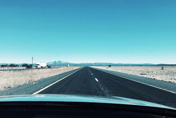 アメリカ横断中のまっすぐ続く道の景色
