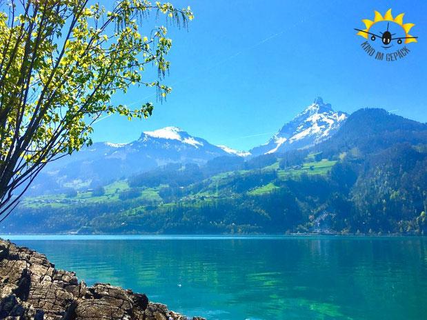 Schneebedeckte Berge am Walensee bei Zürich in der Schweiz.