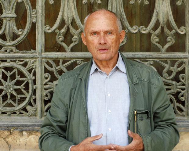 Foto: Reinhard Delau, Autor vor den Pyramiden