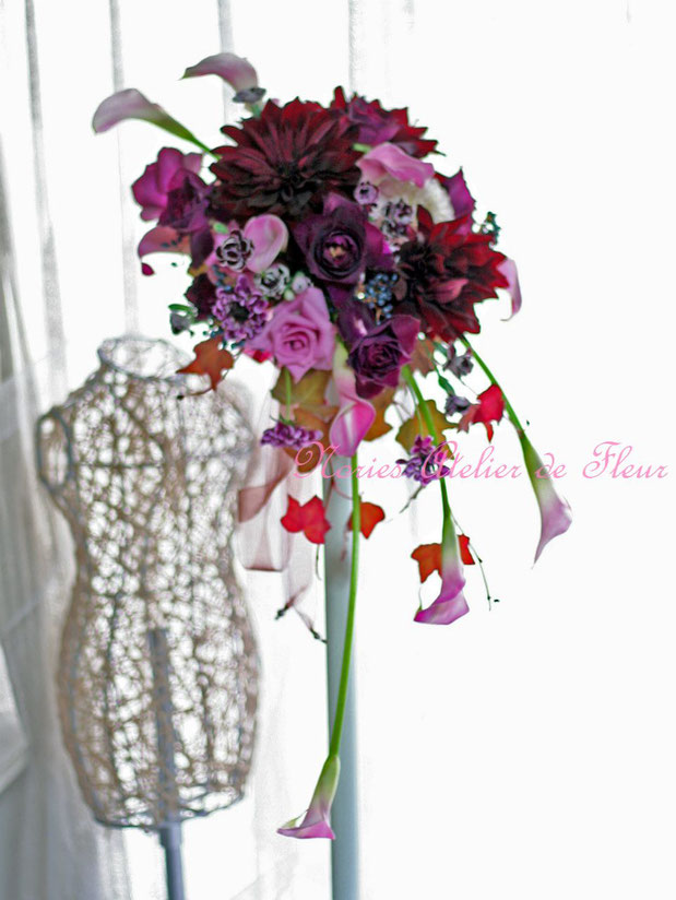 生花 ダリアとカラー、バラのクレッセントブーケ