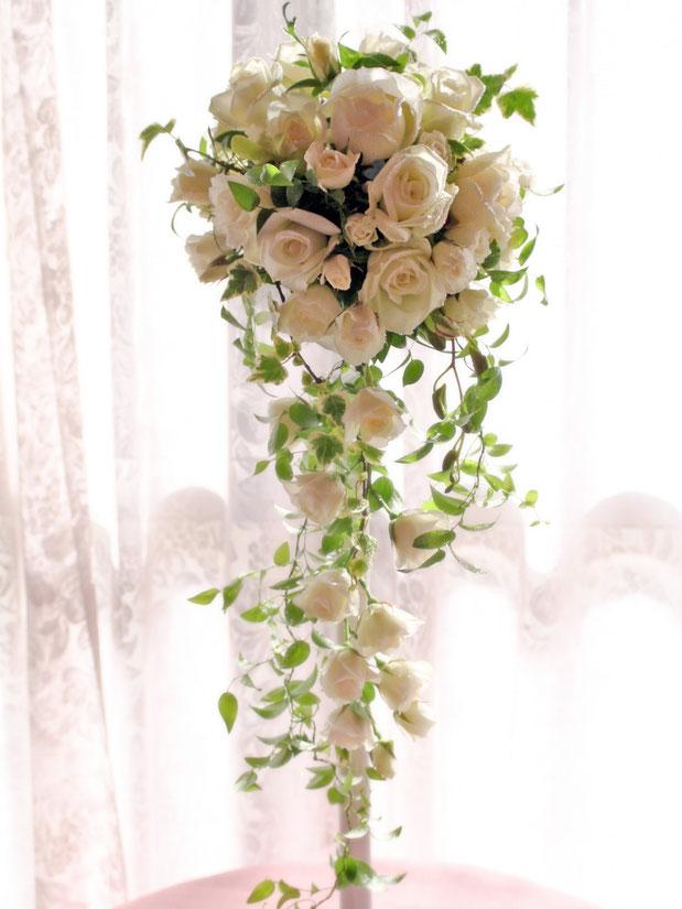 生花のバラとデンファレのキャスケードブーケ