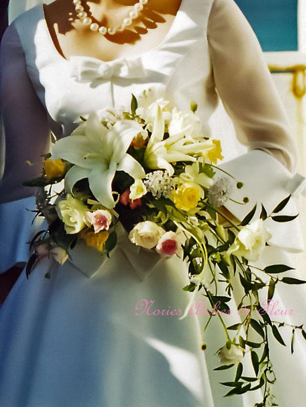生花 大輪のユリとバラのミックスカラーのクレッセントブーケ