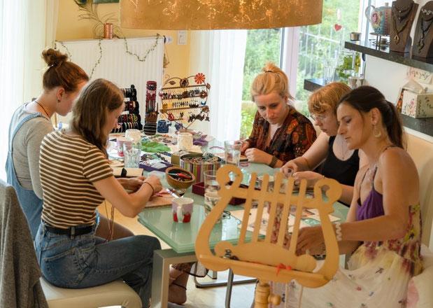 Spaß, Inspiration, Neugier, Kreativität, bunte Farben beim Filigarna Makramee Workshop in Erlangen