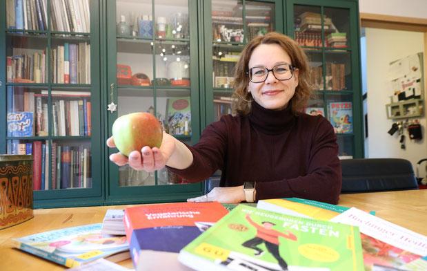 Mit einem Apfel geht es los: Nach dem Fasten leitet ein Apfel den Start der Aufbautage ein. (Alexandra Schaller, Lippische Landeszeitung, Jan. 2017