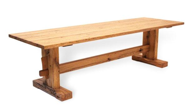 Sehr stabiler, rusikaler Esstisch aus Eiche Altholz. Gut als Stammtisch geeignet. Auch Wikkingertisch genannt