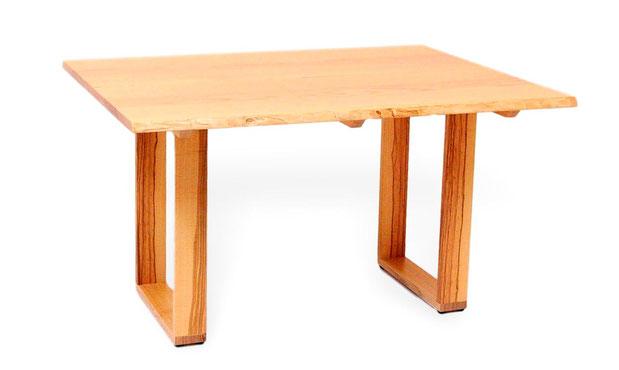 Baumtisch aus Esche mit Baumkante. Moderner, massiver esstisch