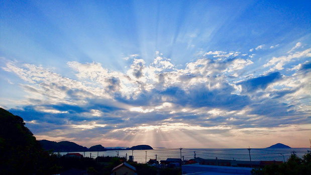 九州 福岡県糸島市の神社から眺める夕日と海。All around directions crepuscular rays, sun rays at sunset shrine in Fukuoka.