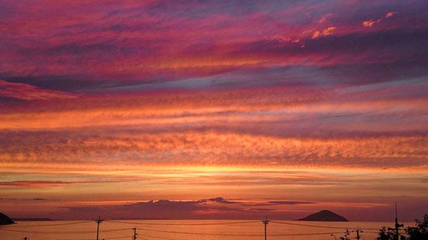糸島市、深江海水浴場の丘、夕日の神社 Sunset shrine in Itoshima, Fukuoka