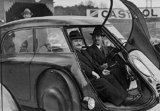 André DUBONNET au volant de la DOLPHIN avec Antoine-Marie CHEDRU Ingénieur