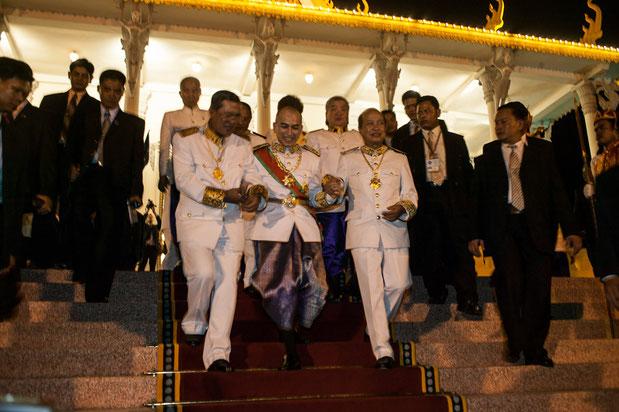 Vendredi 29 Octobre 2004, le Roi quitte la salle du Trône. A g. HUN SEN, à dte. Prince RANARIDDH