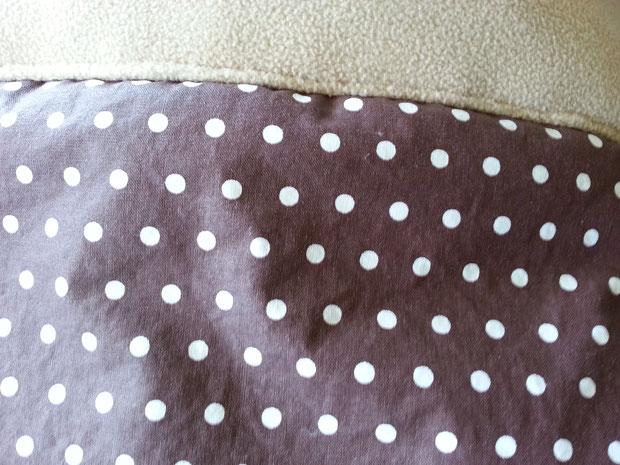 Der Stoff Baumwolle gechinzt / Farbe: Schoko mit Polkadots / Innen: Fleece in der Farbe Milchkaffee