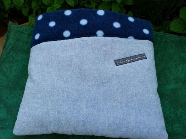Jeansstoff hellblau, innen Fleece dunkelblau mit Polka dots
