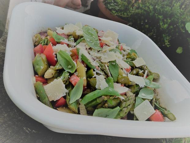 #machtSommerlaune: Grünspargel-Salat mit Balsamico, Tomaten, Basilikum und Parmesamsplittern