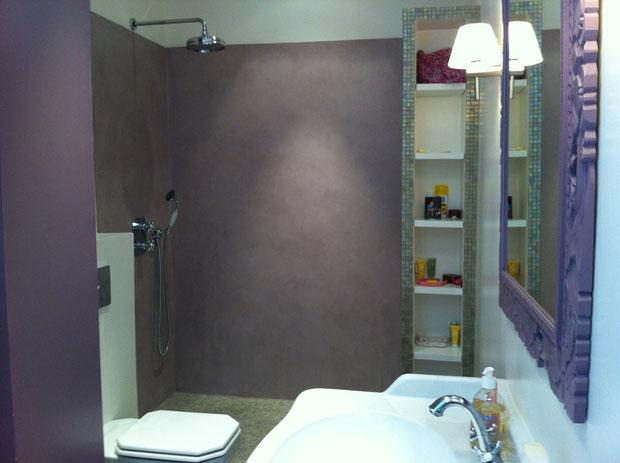 """Douche à l'italienne : murs en bétons cirés """"violet de mars"""" et sol en émaux de briare"""