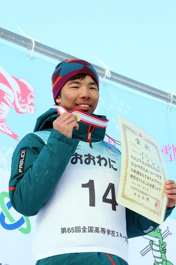 表彰台の中平賢郷選手