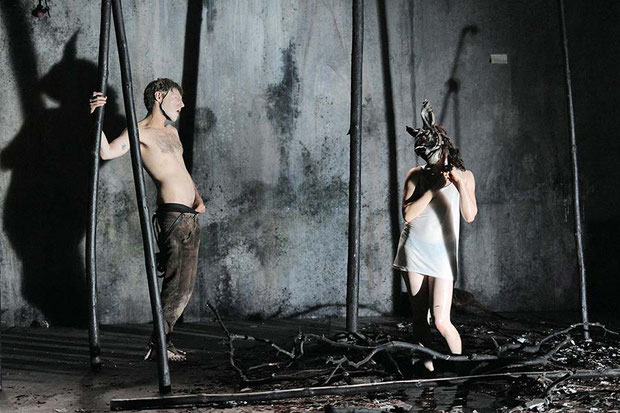 Szenenfoto Theater Ingolstadt 2014, Anjo Czernich u. Leonie-Merlin Young