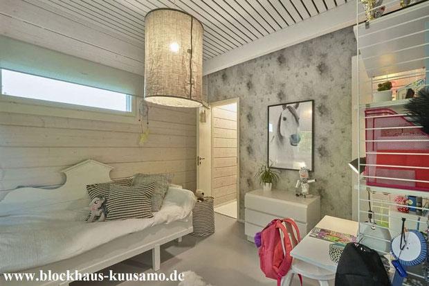 Innenenansicht im Blockhaus - Trennwand mit Tapete - Außenwand mit 275 mm dicken Blockbalken